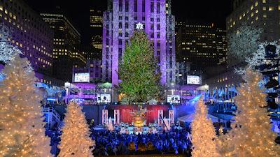 Κεντρική φωτογραφία: Το χριστουγεννιάτικο δέντρο του εμπορικού κέντρου Rockefeller στη Νέα Υόρκη. Πολλοί Αμερικανοί αναφέρονται πλέον σε αυτό λέγοντας «Το δέντρο», αποφεύγοντας τη χρήση της λέξης «χριστουγεννιάτικο» (Πηγή: ΑΡ/ JULΙΕ JΑCΟΒSΟΝ).