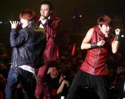 Foto de JYJ cantando en concierto