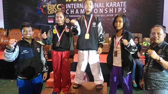 atlet kota cirebon juara di kejuaraan bandung karate club