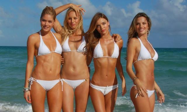 Karolina, la modelo checa de bikinis que no tiene ombligo