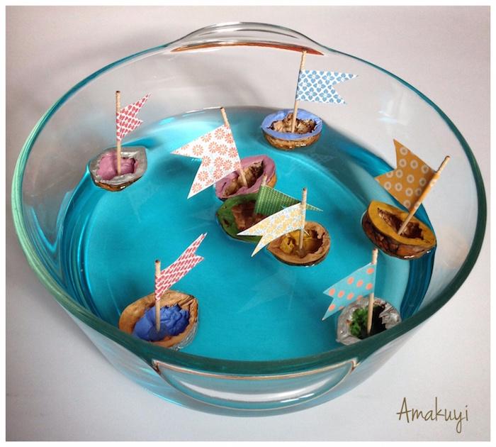 barcos de cáscara de nuez sobre un baso flotando