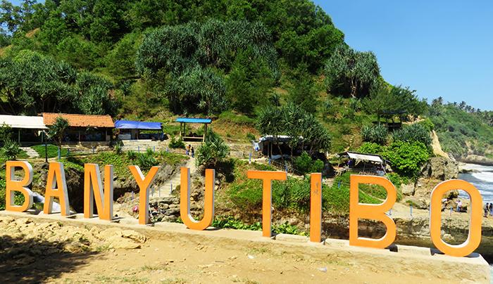 Pantai Banyu Tibo, Desa Widoro, Kecamatan Donorojo, Kabupaten Pacitan