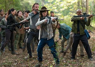 Rick Grimes (Andrew Lincoln), Carl Grimes (Chandler Riggs) e padre Gabriel Stokes (Seth Gilliam) nell'episodio 15