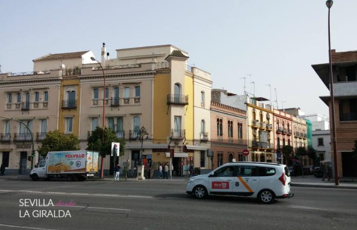 Taxi en Sevilla, blanco y con una raya naranja.