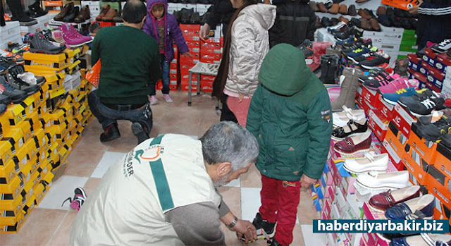 DİYARBAKIR-Merkezi Diyarbakır'da bulunan Yetim Öksüz ve Mağdurlarla Yardımlaşma ve Dayanışma Derneği (Yetim-Der), ihtiyaç sahibi 450 çocuğa ayakkabı yardımında bulundu.