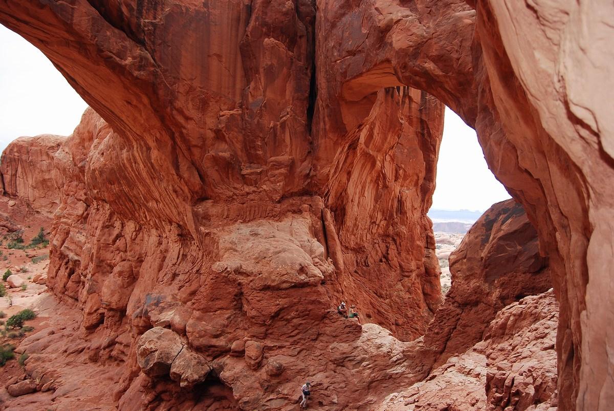 Sous l'arche double : l'érosion poursuit son oeuvre et à terme, les arches vont s'effondrer, laissant un paysage de pics