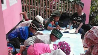 Sangat Miris dan Butuh Bantuan Sosial  Jemaah Majlis Ta'lim Belajar di Teras Rumah