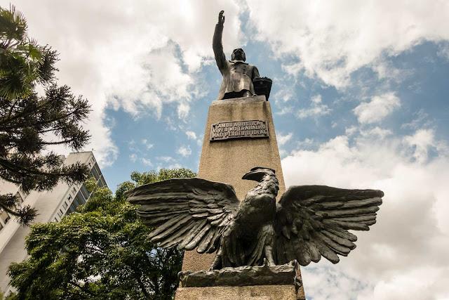 Monumento em homenagem a Ruy Barbosa na Praça Santos Andrade em Curitiba