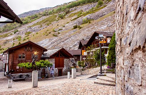 Historischer Dorfplatz am Hang