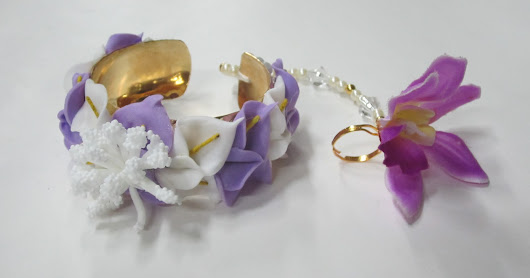 HAND BRACELET WITH FLOWERS AND RING.
