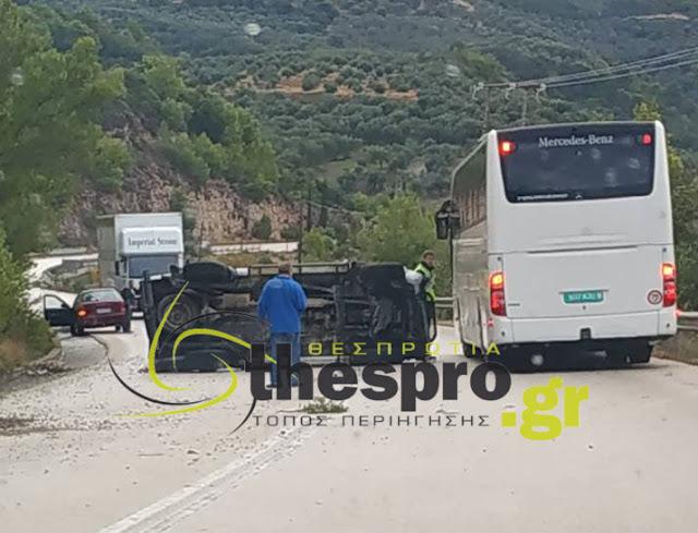 Εκτροπή και ανατροπή οχήματος στην Ε.Ο. Ηγουμενίτσας - Πρέβεζας