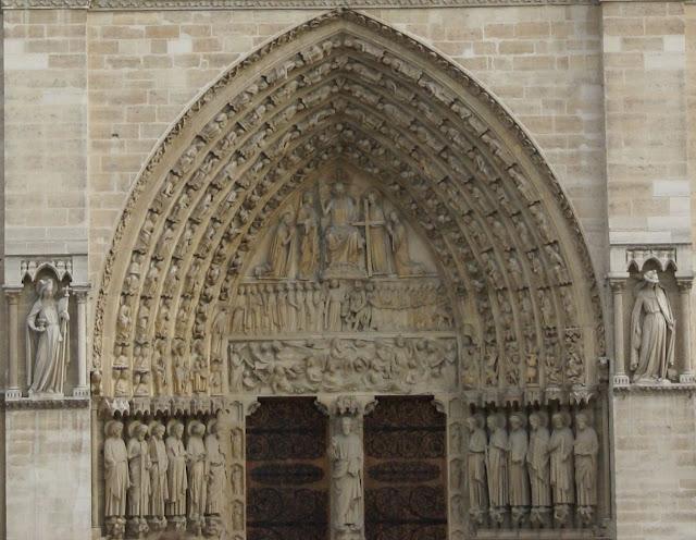 אקלזיה וסינגוגה - דמויות סימבוליות המבטאות את הנצרות והיהדות חזית קתדרלת נוטרדם - פריז