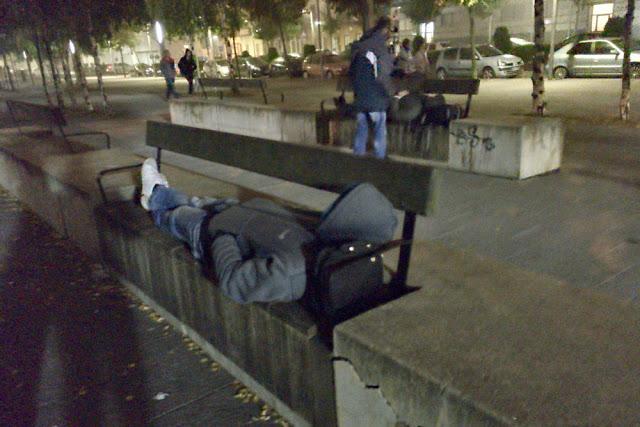 Personas sin hogar esperan a la intemperie la apertura del albergue nocturno en Lasesarre