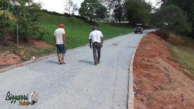 Bizzarri visitando uma obra na sede de uma fazenda em Atibaia-SP onde estamos fazendo a rua de pedra com os pisos com pedrisco e as guias de pedra com a execução do plantio de grama batatais. 11 de novembro de 2016.