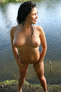 Cewek Cantik Mulus Lagi Mandi Di Danau