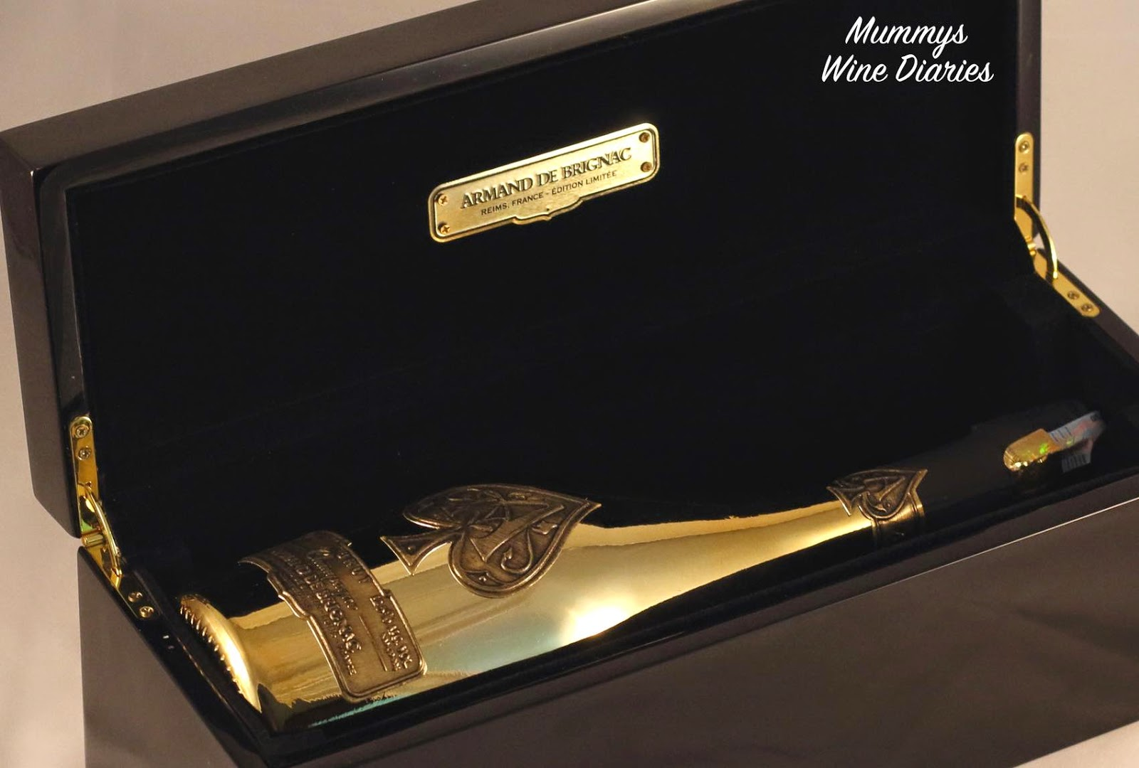 black-lacquered-box-champagne-inside-ace-of-spades