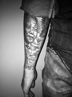 Nelson Mandela Tattoo Portrait Scherenschnitt Schatten Dot-work Wolken Rabe Vogel