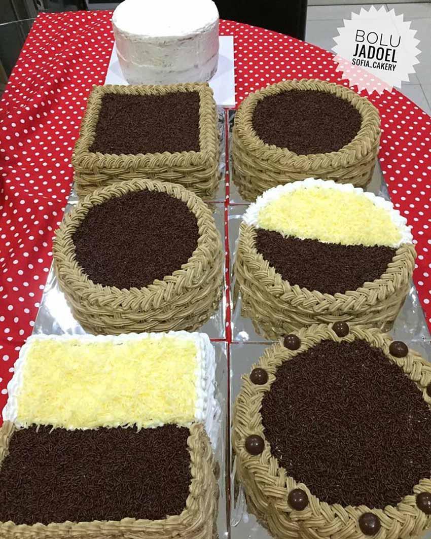 cake yang paling kiri atas itu belom sempet di hias Resep Bolu Jadoel Andalan Bunda Sofia. Alhamdullilah Semuanya Puas dan Laris Manis