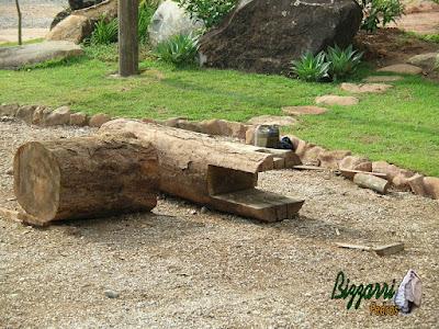 2 peças de madeira de Jacarandá, uma onde vai encaixar o eixo de madeira do monjolo para o monjolo poder funcionar e outra peça de madeira de Jacarandá onde vamos fazer o pilão, o buraco na madeira onde vai ser colocado os milhos, arroz, amendoim e outros.