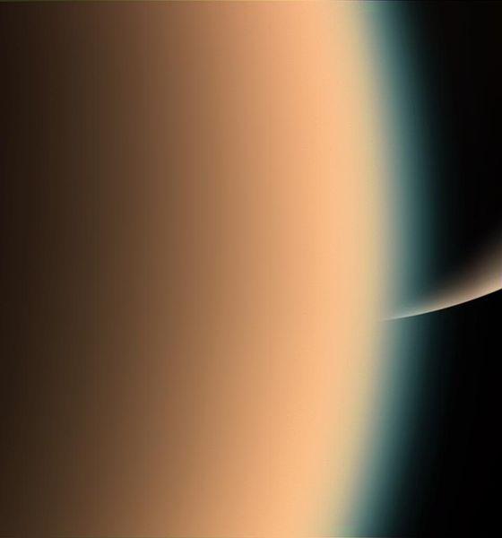 Titã e Saturno de fundo