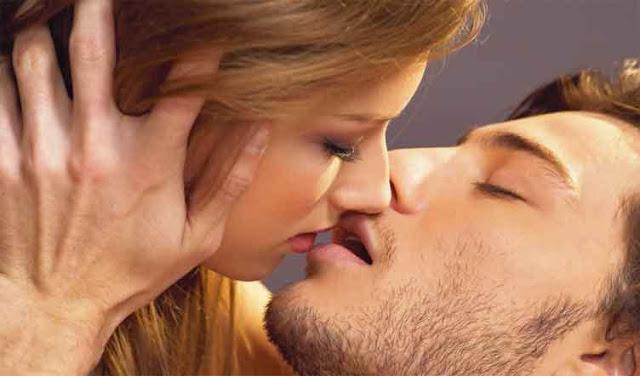 Sejumlah Manfaat Mencium Pasangan Setiap Harinya