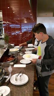 lecker frühstücken vor dem Langstreckenflug mit Kindern