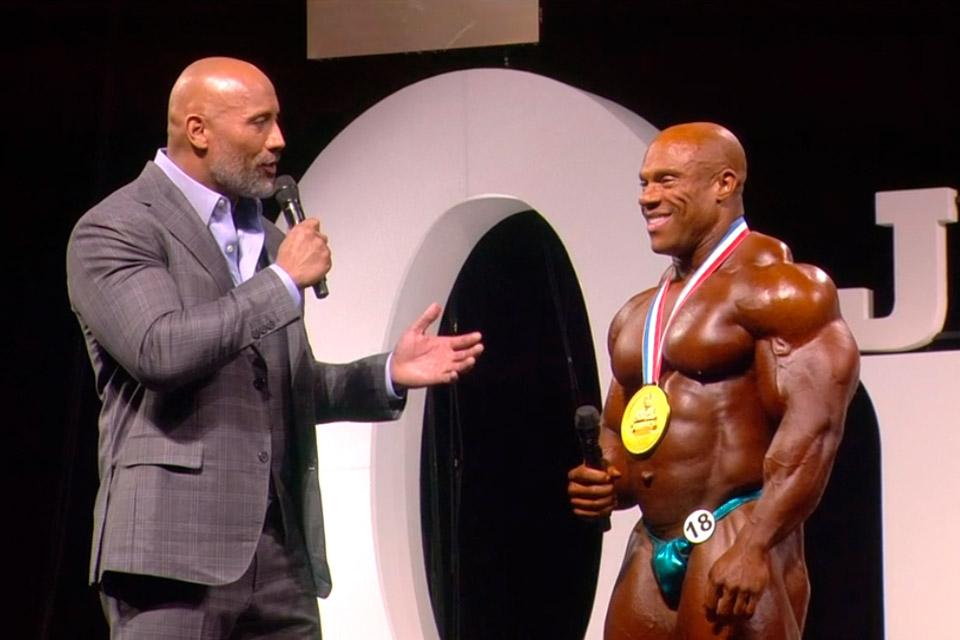 Dwayne Johnson entrevista Phil Heath logo após sua vitória. Foto: Amazon Sports Nutrition/Reprodução