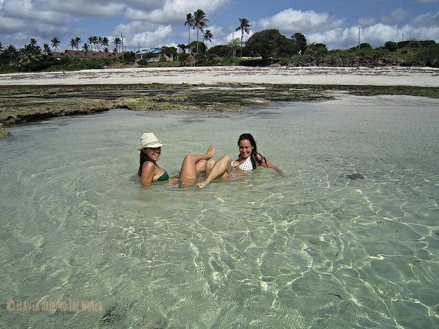 Noe y yo en la playa de Tiwi, Kenia