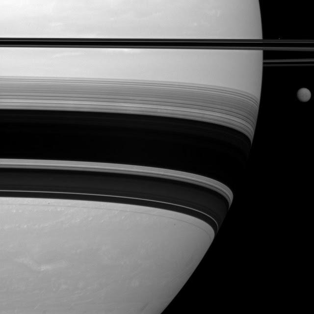 Vệ tinh lớn nhất của Sao Thổ là Titan đang xuất hiện ở phía bên phải của hành tinh này. Vệ tinh Titan dù có đường kính đến 5.150 km nhưng lại như một hạt đậu nhỏ bé khi đứng cạnh Sao Thổ. Bạn cũng có thể nhìn thấy vệ tinh Prometheus với đường kính chỉ 86 km, là một dấu chấm sáng nằm bên trên các vành đai ở góc phái của hình. Hình ảnh được chụp vào ngày 5 tháng 1 năm 2012. Hình ảnh: NASA/JPL.