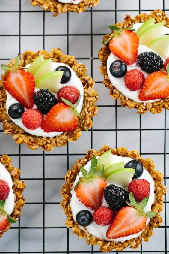 Breakfast Granola Fruit Tart with Yogurt #breakfast #breakfastideas #granola #fruit #tart #yogurt #healthysnack #healthysnackideas #healthyfood #healthyrecipes