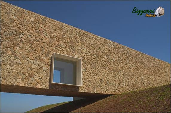 Parede de pedra executada em residência no condomínio Quinta da Baronesa. Projeto de Marcio Kogan, construtora Lock Engenharia.