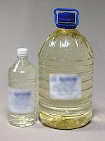 Büyük ve küçük plastik şişelerdeki gaz yağı