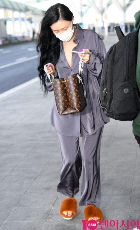 Hwasa havaalanında rahat giyindi