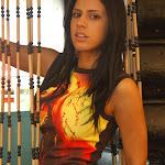 Andrea Rincon, Selena Spice Galeria 36 : Shakiras, Camiseta Negra Con Amarillo y Rojo, Tanga Amarilla y Naranja Foto 6