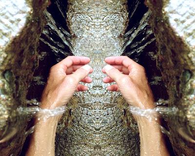 Enguagándose las manos con agua