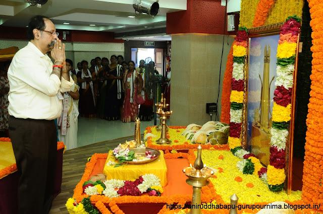 समीरसिंह-दत्तोपाध्ये -(Samiradada)-doing-Trivikram-त्रिविक्रमपूजन-Pooja-Gurupurnima-utsav