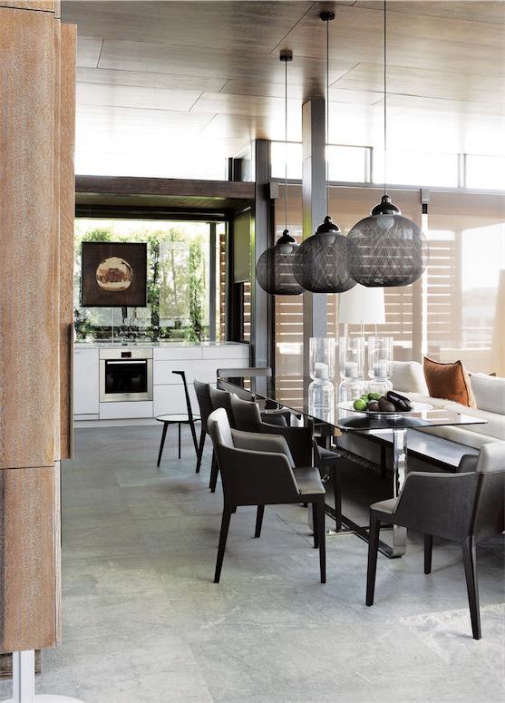mesa de comedor cromada con cristal gris ahumado chicanddeco