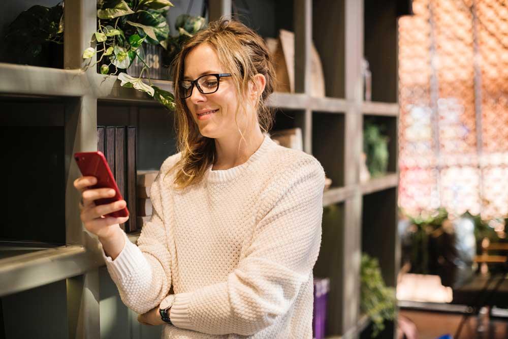 hasil penelitian survei sampel riset lembaga kebiasaan perilaku ibu menggunakan memakai internet online digital bahan materi kuliah makalah skripsi tugas akhir ilmiah mahasiswa dosen guru studi kasus case study