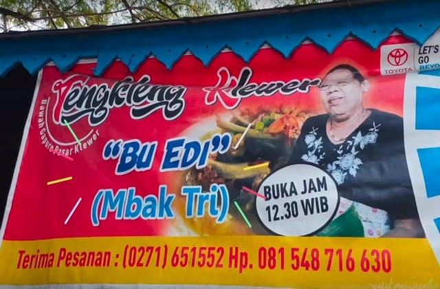 Di setiap kota pasti kamu bisa menemui makanan Tengkleng, namun sajian Bu Edi di Pasar Klewer saja yang menawarkan sensasi berbeda