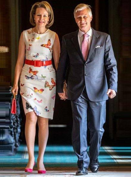 Queen Mathilde wore a butterfly print sleeveless dress by Bernard Depoorter. Crown Princess Elisabeth, Princess Eléonore and Prince Emmanuel