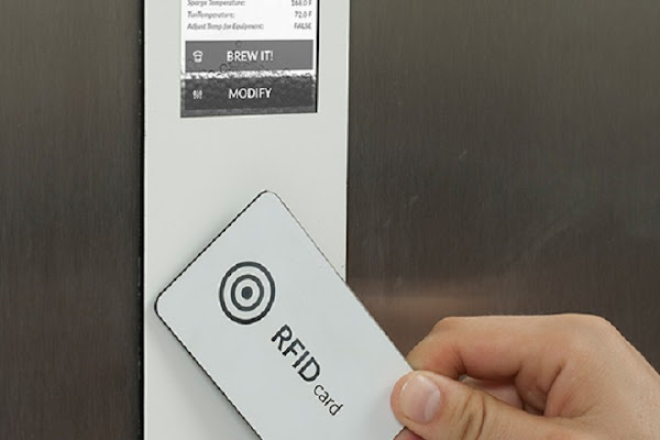 透過跟著原材料來的 RFID 卡,你可以直接設定 Brewie 知道釀啤酒的程序,數位時代翻攝自 Brewie 網站。