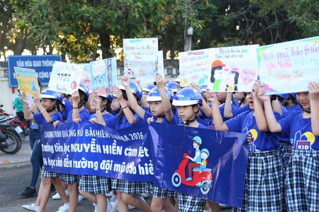 Hàng nghìn em học sinh tiểu học sôi động trong vũ điệu đội mũ bảo hiểm - Ảnh 5.