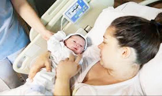 إعرف قصة المرأة الحامل وفرحتها بمولودها قبل فراقه