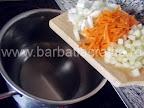 Ciorba de fasole verde pastai preparare reteta - punem la calit ceapa, ardeiul si morcovul