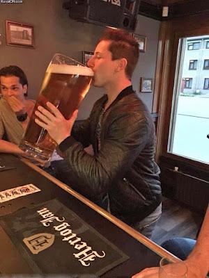 Glückseeligkeit - Extrem großes Bier in Kneipe trinken - lustige Comedy