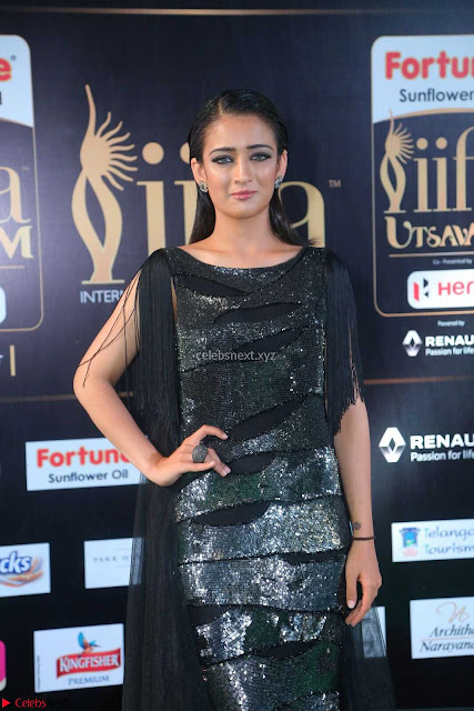 Akshara Haasan in Shining Gown at IIFA Utsavam Awards 2017  Day 2 at  08.JPG