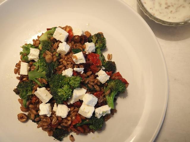Gesund und grün: Brokkoli-Pfanne mit Feta und Haselnüssen