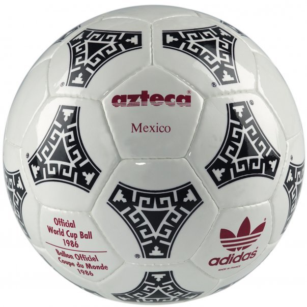 A bola Azteca foi feita com um material sintético e possuía uma decoração  típica da civilização asteca. 5c0bcb78b78ae