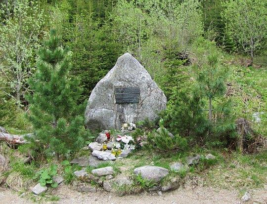 Głazie z pamiątkową tablicą przypominającą wędrówkę Jana Pawła II w dniu 23.06.1983 roku.