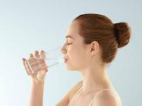 7 Alasan Minum Sambil Berdiri Bisa Berbahaya bagi Kesehatan